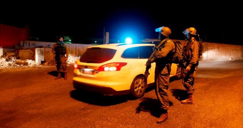 الاحتلال يغلق طريق رام الله- الجلزون ببوابة حديدية