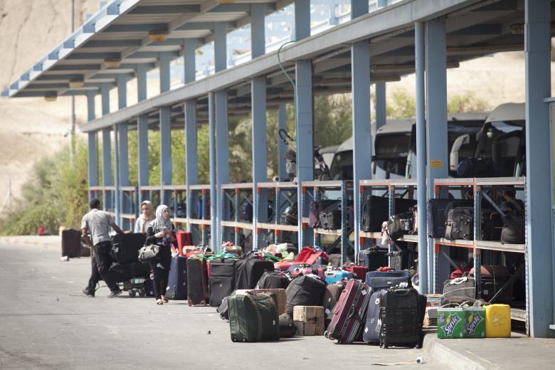الاحتلال يمنع سفر 9 فلسطينيين من معبر الكرامة