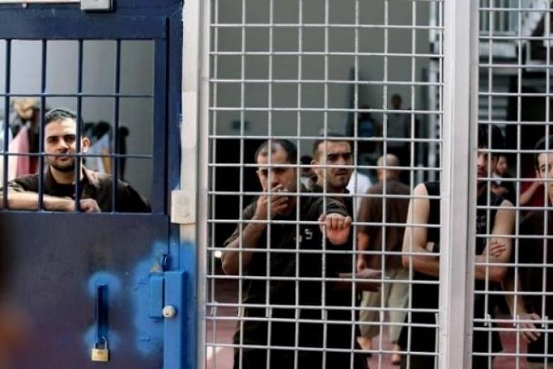 """الأسرى في معتقل """"عوفر"""" يقررون تصعيد خطواتهم الاحتجاجية"""