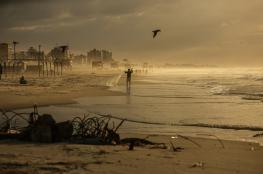 بسبب المنخفض.. تفاصيل غرق قارب صيد قبالة شواطئ غزة