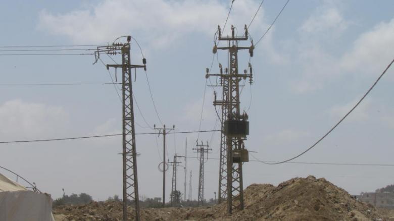الاحتلال يقلّص الكهرباء الواصلة إلى قطاع غزة