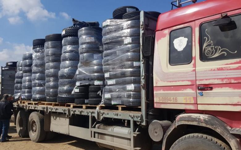 """الاحتلال يسمح بادخال إطارات المركبات """"الكاوشوك"""" إلى قطاع غزة"""