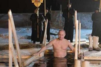 بوتين يغطس في بحيرة متجمدة