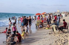سكان غزة يهربون من الحر الشديد إلى شاطئ البحر