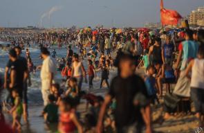غزيون يستجمون على شاطئ بحرغزة مساء الجمعة