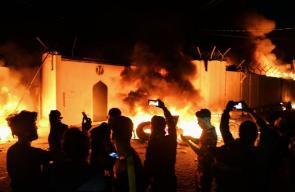 متظاهرون عراقيون يُشعلون النار في مقر القنصلية الإيرانية بالنجف