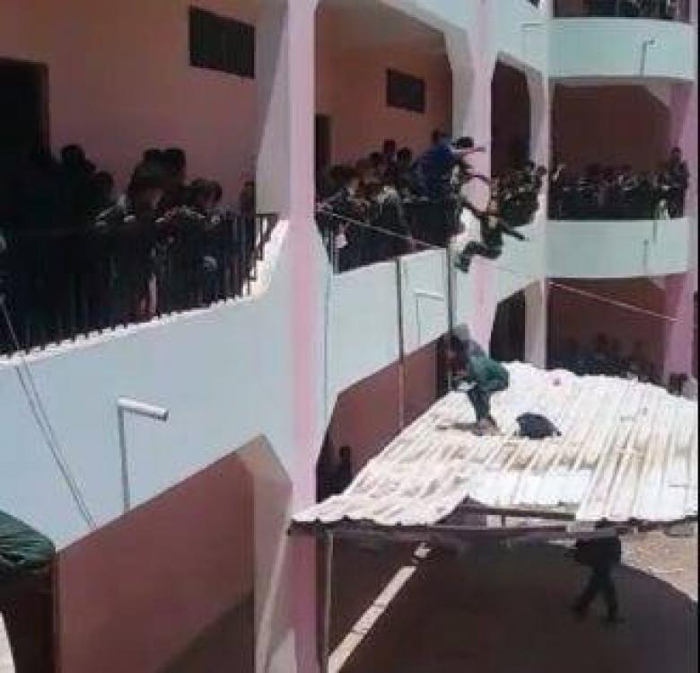 مدير مدرسة يعاقب طلابه برميهم من الطابق الثاني!