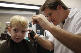 حلاق يكشف أغرب طريقة لمنع تساقط الشعر