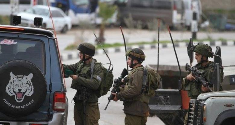 الاحتلال يعتقل سائقًا بذريعة العثور على سلاح بحوزته