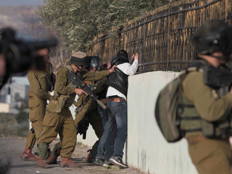 """الاحتلال يعتقل شابًا بالخليل بزعم تخطيطه """"للطعن"""""""