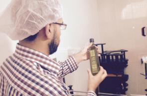 تعبئة زبت الزيتون استعدادا لتصديره