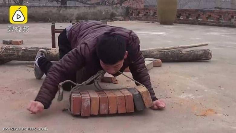 رغم حالته الصحية الصعبة.. شاب صيني يساعد عائلته بعمل شاق