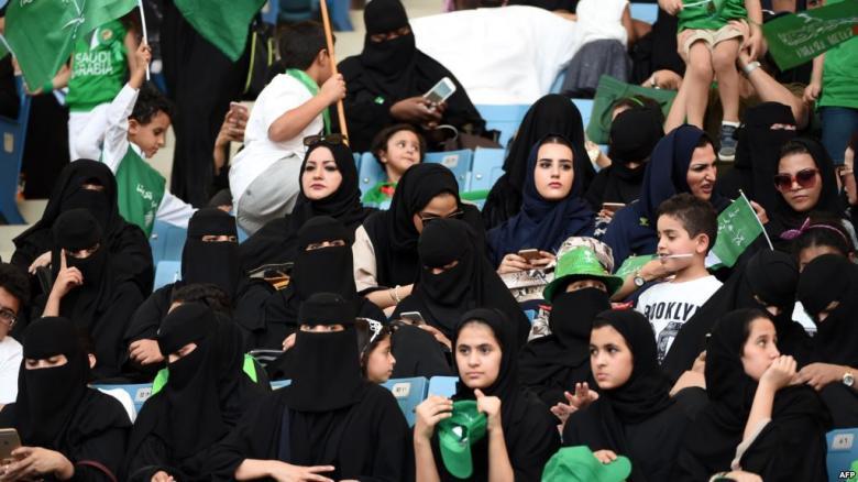 بدء حضور النساء السعوديات مباريات كرة القدم الجمعة