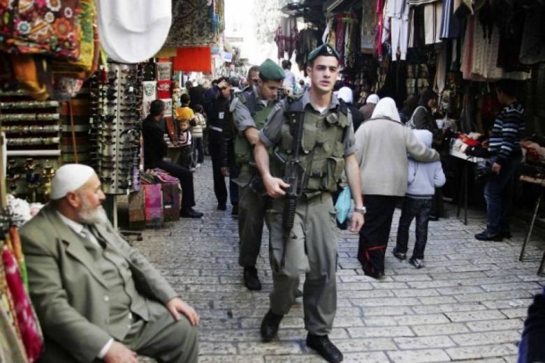 الاحتلال يحرر عشرات المخالفات بحق المواطنين في شعفاط