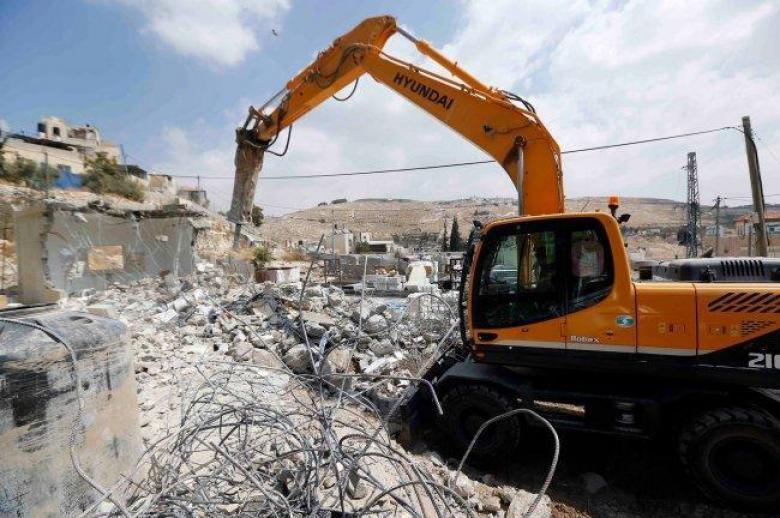 الاحتلال يهدم مسكنا وجدرانا وأسيجة جنوب الخليل