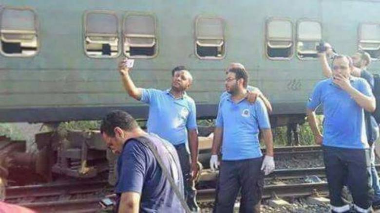 """الصحة المصرية تنفي مسعفين التقطا """"سيلفي"""""""
