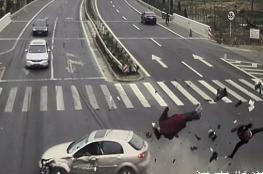 سائق صيني يتسبب بحادثين دون أن يصيبه أذى!