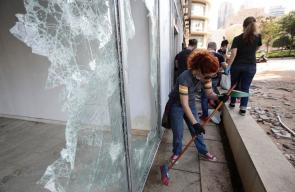 لبنانيون يجمعون القمامة من أماكن التظاهر
