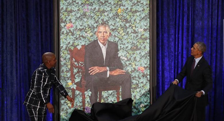أوباما يسخر من أذنيه وشعره