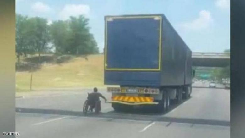 """سائق يصور لقطة """"غريبة"""" لرجل مقعد على الطريع السريع"""