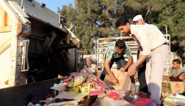 بلدية خان يونس تتلف 4.5 طن مواد غذائية منتهية الصلاحية