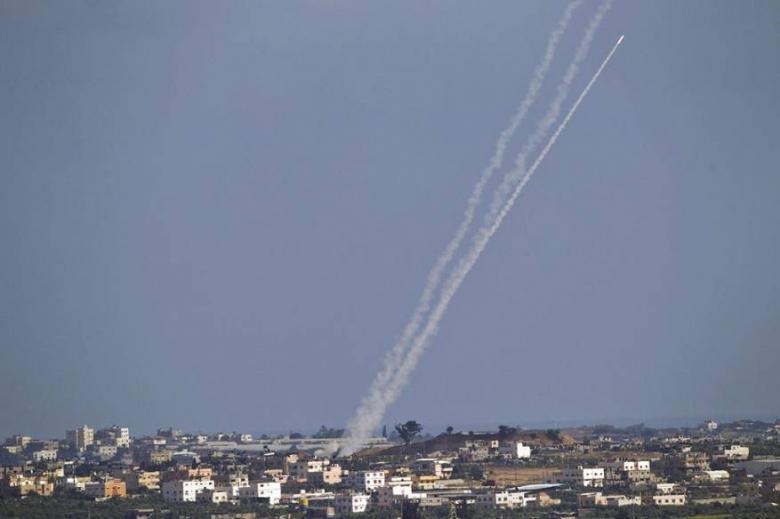 12 صاروخًا أُطلق.. صافرات الإنذار تدوي بغلاف غزة