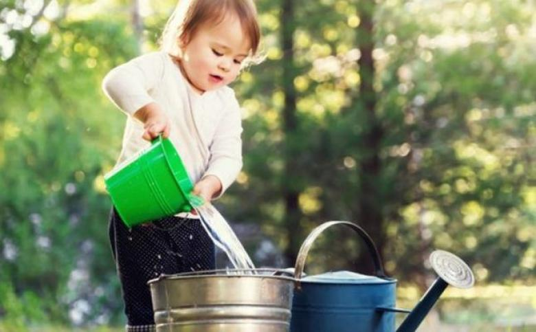 فوائد اللعب بالماء للأطفال