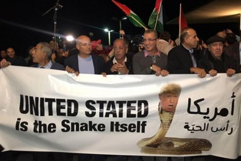وقفة احتجاجية أمام السفارة الأميركية في تل أبيب ضد قرار ترامب