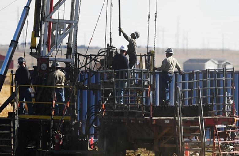 النفط يرتفع مدعوما بخفض الإنتاج وتراجع المخزون الأمريكي