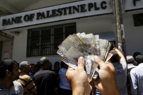 حكومة الحمد الله تنوي وقف دفع رواتب الموظفين بغزة