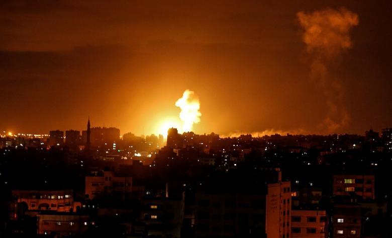"""لحظة قصف الاحتلال لمكتب رئيس """"حماس"""" إسماعيل هنية"""