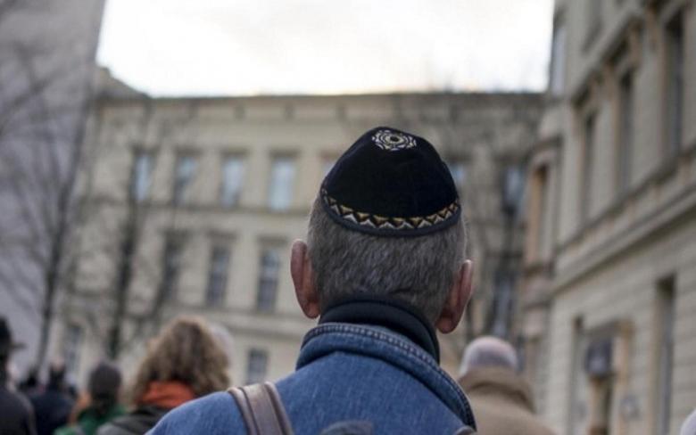 توصية ليهود ألمانيا بعدم ارتداء القلنسوة