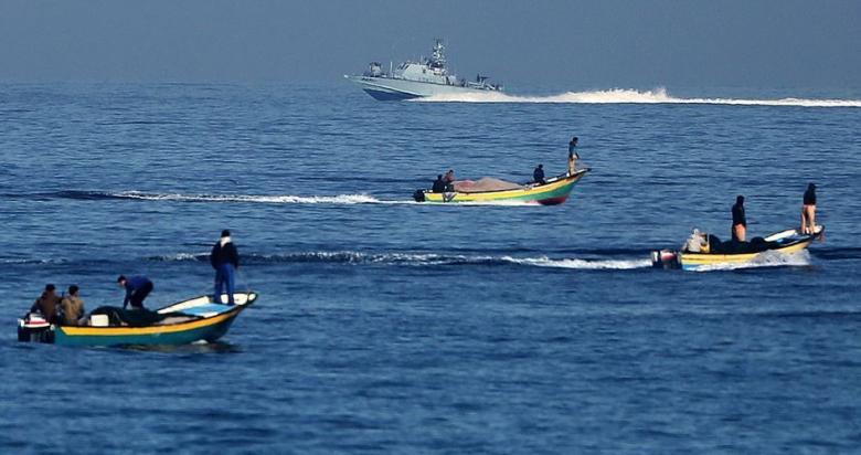 زوارق الاحتلال تستهدف الصيادين ببحر خانيونس
