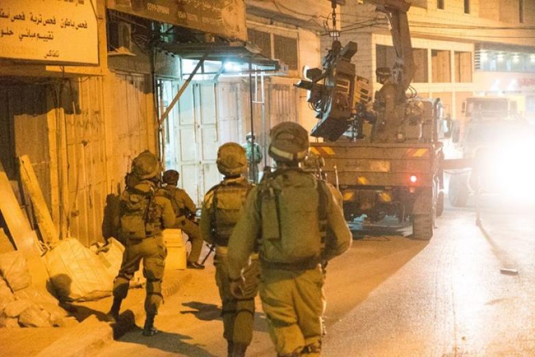اعتقال 6 مواطنين ومداهمة مخارط بالخليل