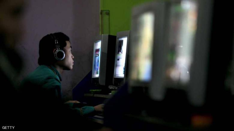 """في 2019.. العالم يقضي """"1.2 مليار سنة"""" أمام الإنترنت"""