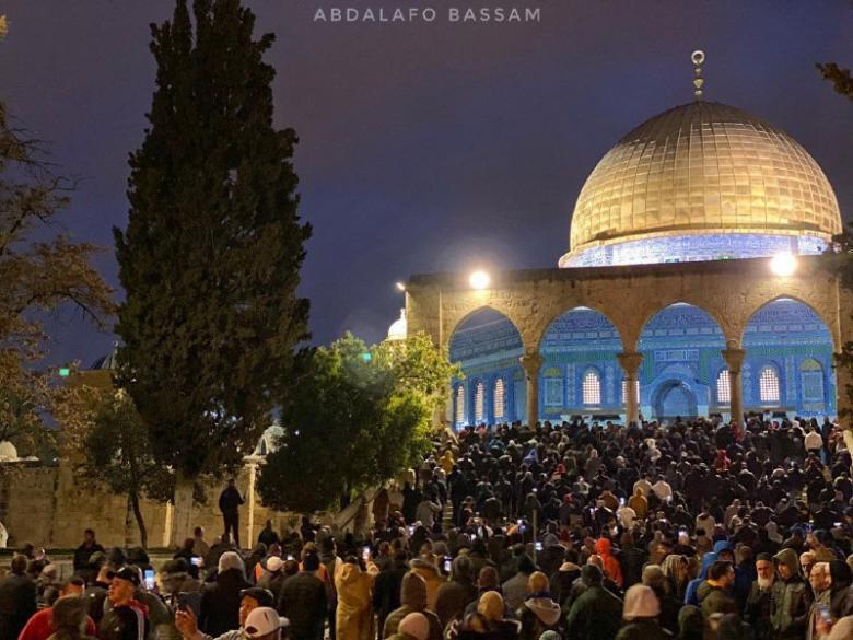 أعداد غير مسبوقة تؤدي الفجر بالمسجدين الأقصى والإبراهيمي