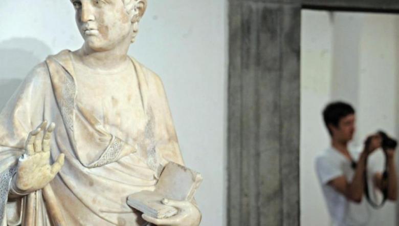 سياح دمروا أعمالا فنية وتماثيل قديمة لا تقدر بثمن