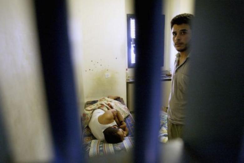 """نقل أسير مريض إلى سجن """"عيادة الرملة"""""""