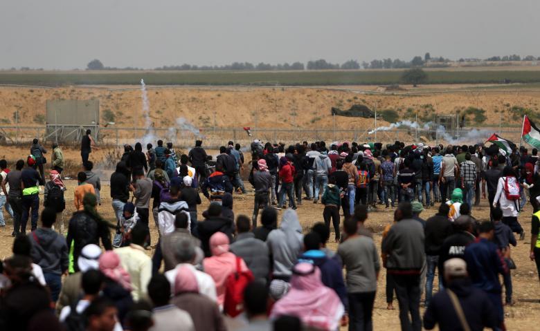 الاحتلال يستهدف المتظاهرين وسط القطاع
