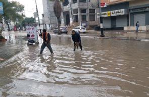 عمال بلدية النصيرات خلال المنخفض الجوي