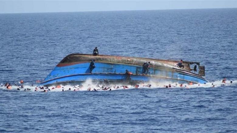 مصرع 70 مهاجرا جراء غرق مركبهم في البحر