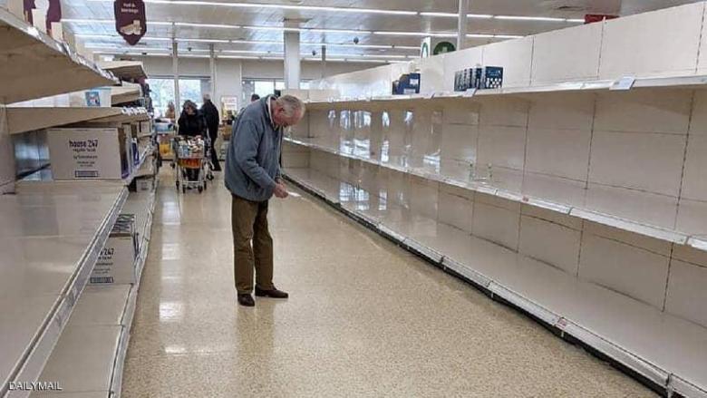 """العجوز والأرفف الفارغة.. صورة """"كسرت قلب بريطانيا"""""""