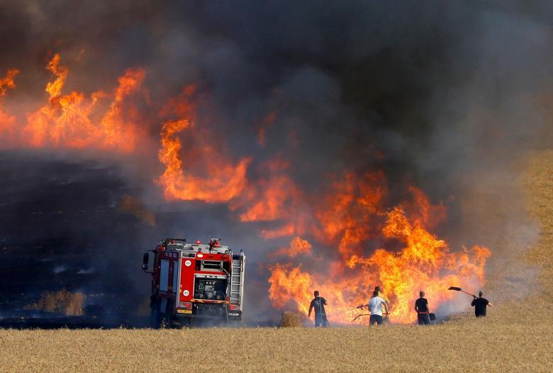 اندلاع حريق بحقل قمح في غلاف غزة