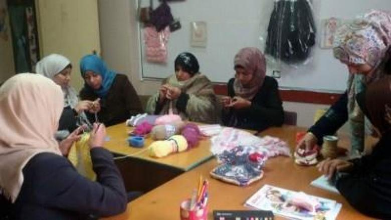 """""""تمكين"""" الوسطى ينظم دورة تدريبية للنساء لتعلم فن الصوف"""