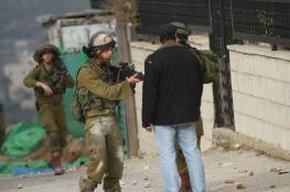 الاحتلال يسلم مواطنين من الخليل بلاغين لمراجعة مخابراته
