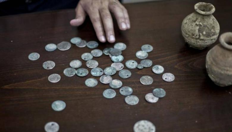 الشرطة تقبض على مشتبه بحوزته نقوداً أثرية
