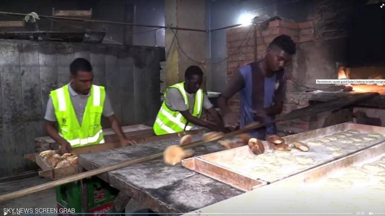 """في السودان.. فرق ثورية لحراسة """"الخبز"""""""