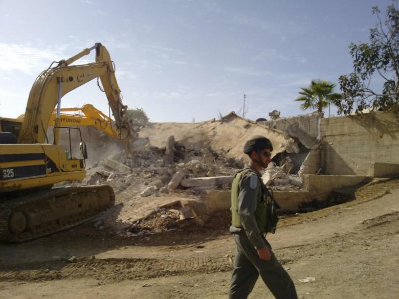 الاحتلال يهدم مسكنًا وسلاسل حجرية جنوب نابلس