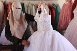 في غزة.. صابرين تنتصر على البطالة بمتجر من الصفيح لفساتين الأفراح