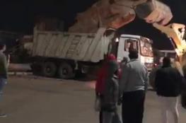 """ما حقيقة نقل تمثال """"فرعوني"""" في مصر بشاحنة نفايات؟"""